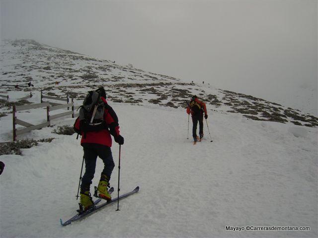 Esqui de Montaña en Puerto de Navacerrada bajo ventisca.